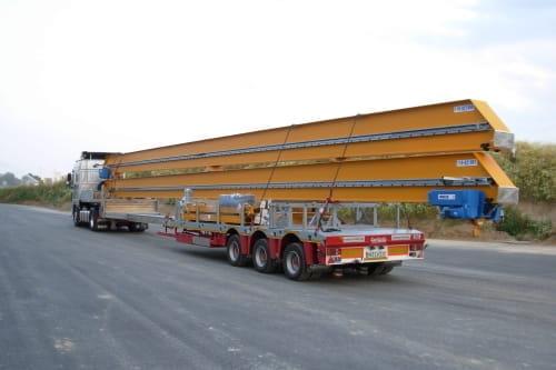Stahlstrukturen und Betonelemente